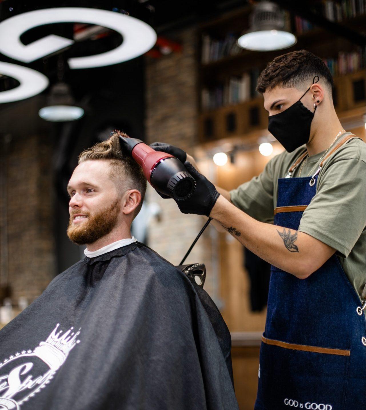 mann hos frisør